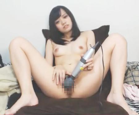 【無修正ライブチャット】Kaedeちゃんに似てるメンヘラ臭のする激カワロリ美少女が電マオナニーで気持ち良さそうw
