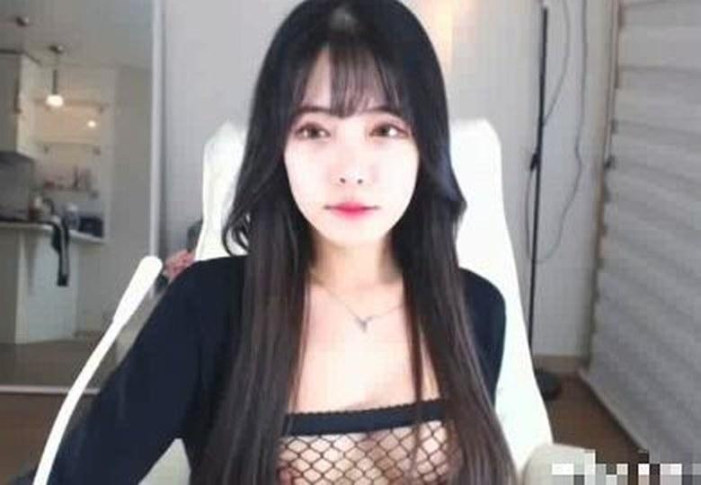 清楚系韓国美女!雰囲気とは裏腹にセクシー下着着用で妖艶な腰の動きがエロいライブチャット