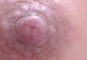 乳輪のシワまでわかる乳首超接写