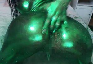 緑の金粉をまとったハイパースタイル女