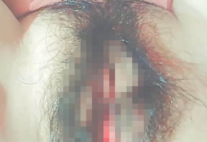 膣口ピンク色の剛毛マンコを接写する台湾チャットレディ