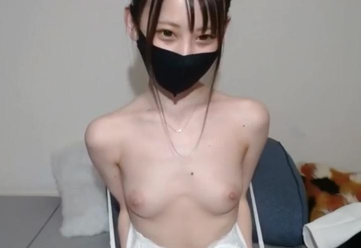 乳首の色が超薄い美少女♪