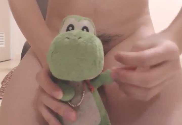人形と一緒にオナニー配信するチャットレディ