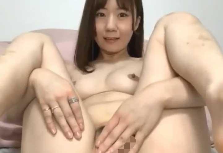 全裸でネット配信する少女