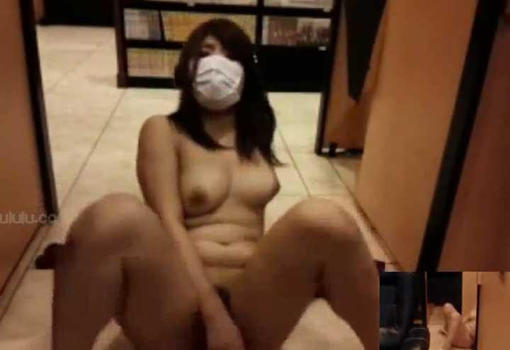 ネットカフェの廊下でオナニーしている女